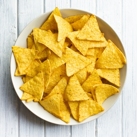 tortilla de maiz: nachos de ma?z en mesa de madera