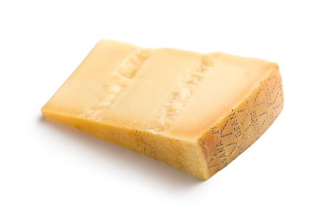 白い背景の上のイタリアのハードチーズ