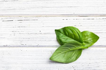 albahaca: las hojas de albahaca en la mesa de la cocina