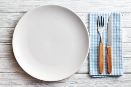 포크와 나이프 하얀 접시