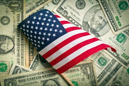 dolar: top view bandera americana en el fondo nos dólares