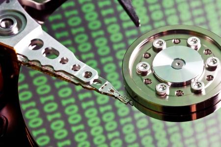 disco duro con el código binario