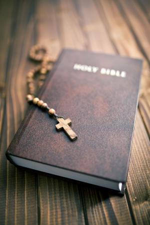 różaniec: pismo święte z różańca paciorki na tle drewniane Zdjęcie Seryjne