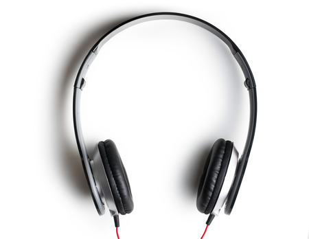vista superior: vista superior de auriculares negros sobre fondo blanco