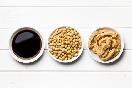 나무 테이블에 그릇에 간장, 콩 및 콩 고기