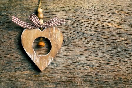 valentijn hart: houten valentijn hart opknoping op houten achtergrond