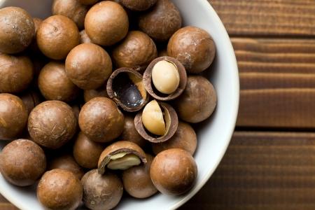 macadamia: vue de dessus de noix de macadamia dans un bol en c�ramique