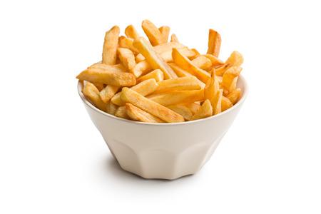 papas fritas: papas fritas en un tazón de cerámica en el fondo blanco