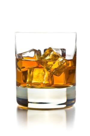 whisky: whisky avec des glaçons dans le verre sur fond blanc