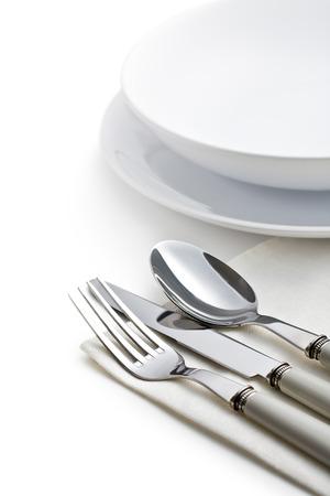 cubiertos de plata: cubiertos de plata y placas en el fondo blanco