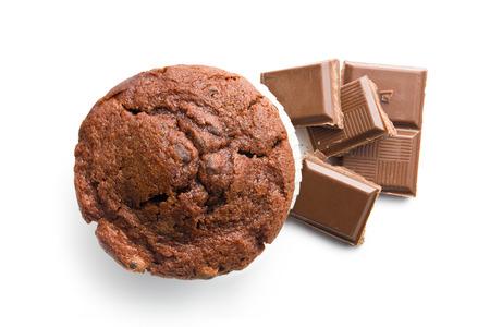 Ansicht von oben Muffins und Schokolade auf weißem Hintergrund