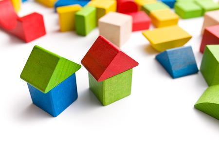 白い背景の上の木のおもちゃのブロックから作られた家