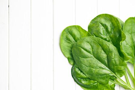espinaca: espinacas hojas verdes en la mesa de la cocina Foto de archivo