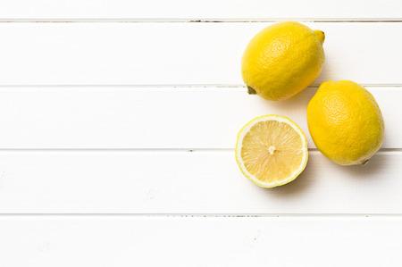 台所のテーブルに新鮮なレモン