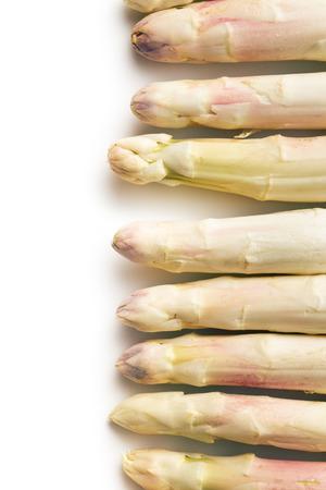esparragos: espárrago blanco sobre fondo blanco