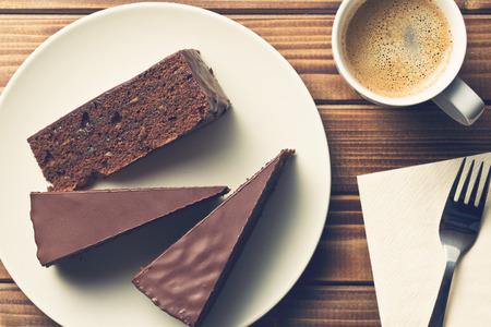rebanada de pastel: vista desde arriba de la torta sacher y café Foto de archivo