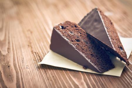 pastel: porci�n de torta sacher en mesa de madera