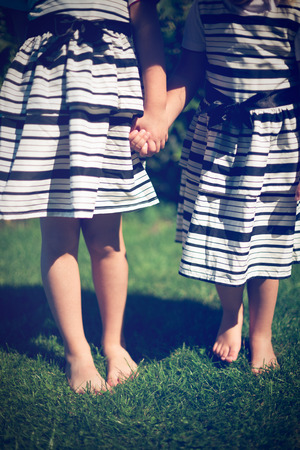 girls holding hands: Las ni�as de la mano. Tiro exterior.
