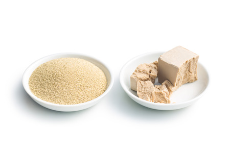levadura: levadura fresca y seca en un recipiente en el fondo blanco