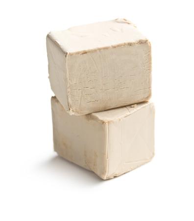 levadura: levadura fresca en el fondo blanco Foto de archivo