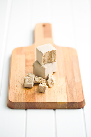 levadura: levadura fresca en tabla para cortar