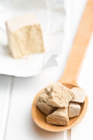 levadura: la levadura fresca en la cuchara de madera