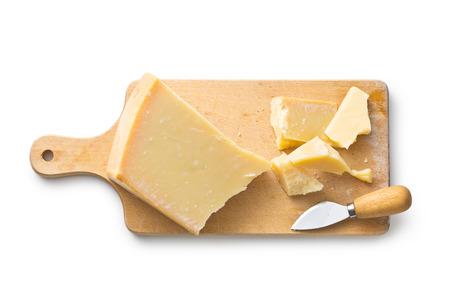 白い背景のパルメザン チーズ