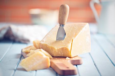 el queso parmesano en la tabla de cortar
