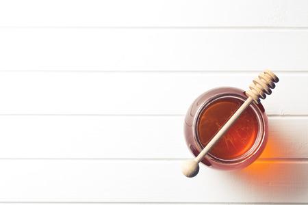 pote: miel en una jarra en la mesa de la cocina