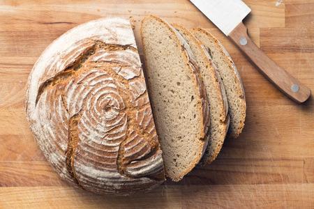 sliced bread on wooden table Stockfoto