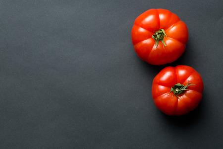 de rode tomaten op een zwarte achtergrond Stockfoto