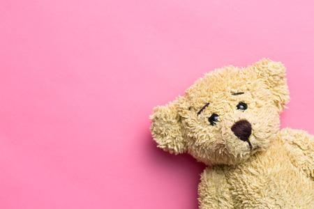 oso de peluche: el oso de peluche en el fondo de color rosa Foto de archivo