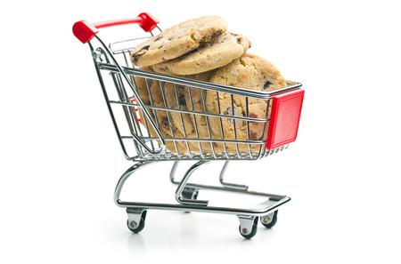 comida chatarra: las galletas de chocolate en la cesta Foto de archivo
