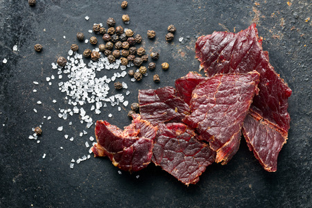 carne de res: carne seca y especias en la mesa de edad