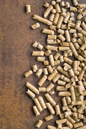rusty background: pellets de madera en viejo fondo oxidado