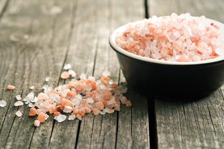 Himalayan salt on old wooden table 스톡 콘텐츠