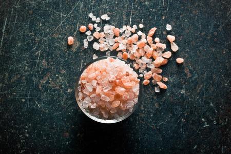 sal: Sal del Himalaya en un tazón en la mesa de la cocina