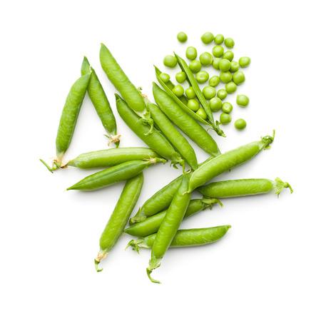 흰색 배경에 신선한 녹색 완두콩