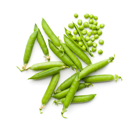 botanas: guisantes verdes frescas sobre fondo blanco