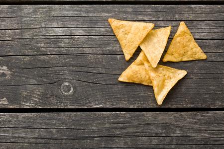tortilla de maiz: chips de tortilla en la mesa de madera vieja