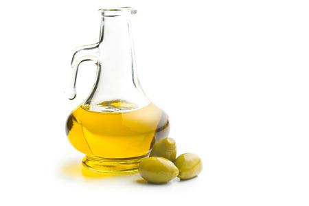 aceite de oliva: aceitunas verdes y aceite en el fondo blanco