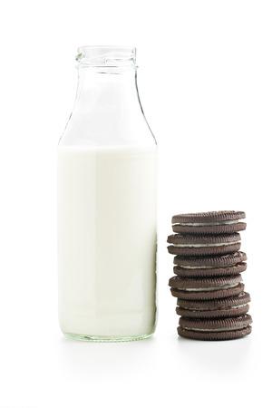 verre de lait: biscuits au chocolat avec de la crème et du lait sur fond blanc Banque d'images