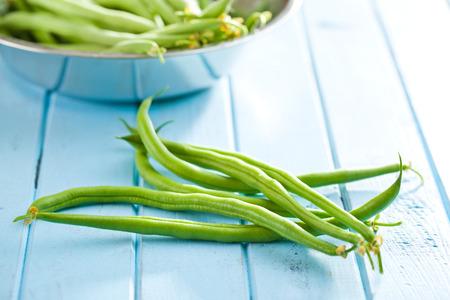 judias verdes: las judías verdes en mesa de la cocina azul Foto de archivo