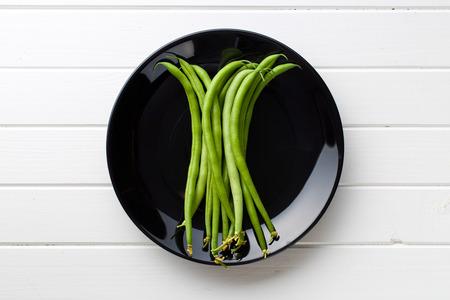 judia verde: judías verdes en un plato negro