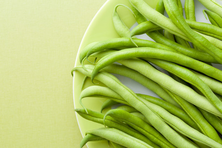 gr�ne bohnen: the green beans on green table