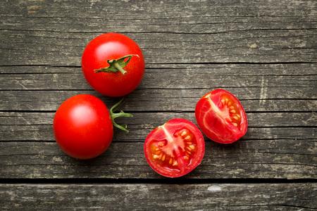 gehakte tomaten op oude houten tafel Stockfoto