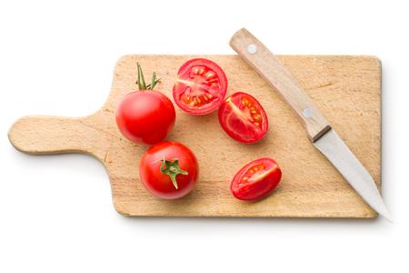 cuchillo: el tomate picado y un cuchillo en la tabla de cortar