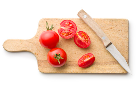 tomates: tomates hachées et le couteau sur une planche à découper Banque d'images