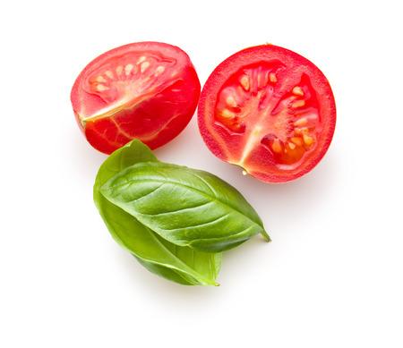 흰색 배경에 다진 토마토와 바질 잎