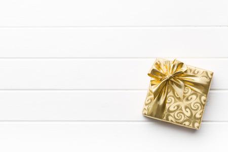 wraps: caja de regalo de oro en el cuadro blanco